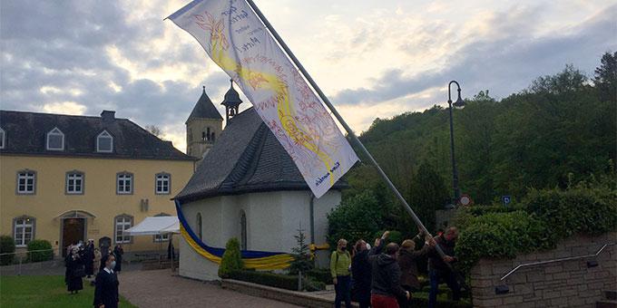 Die Pfingstfahne wird am Abend von Christi Himmelfahrt beim Urheiligtum aufgerichtet (Foto: Brehm)