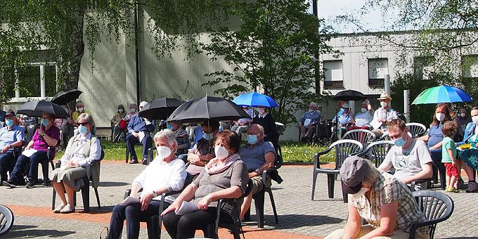 """""""Unter deinen Schutz und Schirm"""" ist angesagt (Foto: SMAH)"""