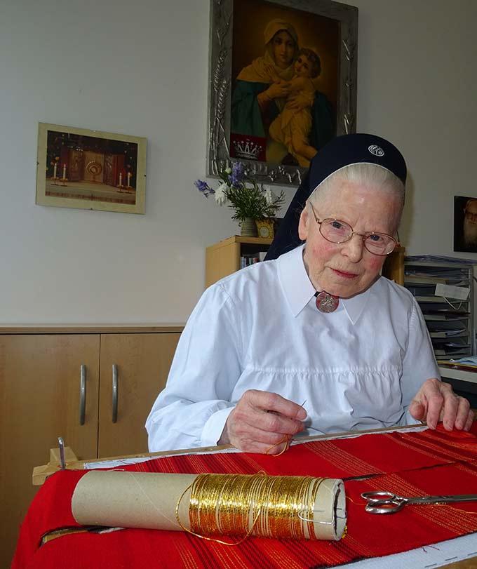 Schwester M. Adelrita an ihrem Arbeitsplatz in der Paramentenwerkstatt (Foto: Sr. Maribirga, S-MS)