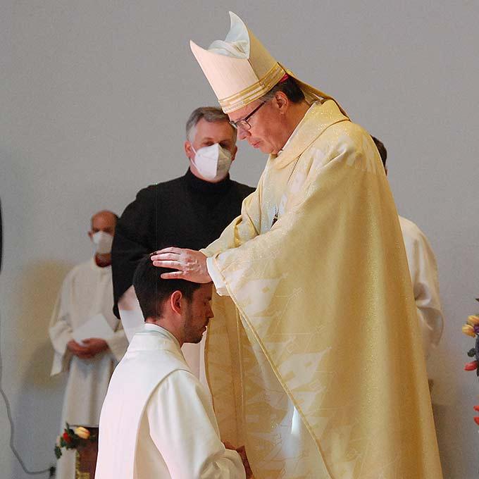 Bischof Dr. Stephan Ackermann, Trier, weiht Jakob Busch aus der Gemeinschaft der Schönstatt-Patres zum Diakon (Foto: Brehm)