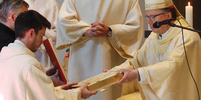 Überreichung des Evangeliars (Foto: Brehm)