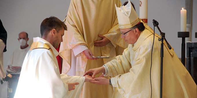 Salbung der Hände mit Chrisam (Foto: Brehm)