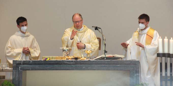 Dienst am Altar zusammen mit dem Bischof (Foto: Brehm)
