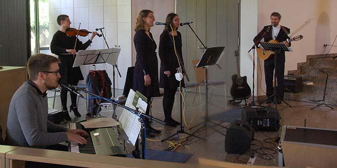 Den Gesang übernahm eine hervorragende Musikgruppe (Foto: Brehm)
