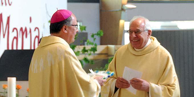 Pater Theo Breitinger dankt Bischof Ackermann für die Weihe seiner Mitbrüder (Foto: Brehm)