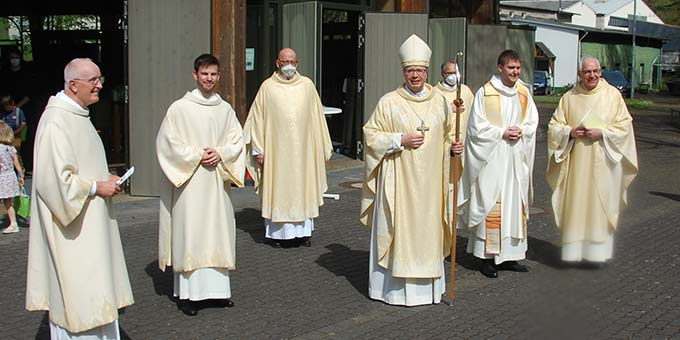 Ein Gruppenbild der Neugeweihten mit Bischof Ackermann und den Hauptzelebranten vor der Pilgerkirche (Foto: Brehm)