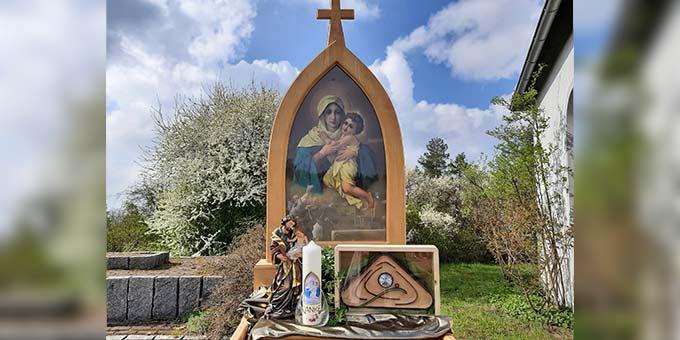 Für den Festgottesdienst vor dem Schönstattheiligtum auf dem Marienberg war ein großes Bild der pilgernden Gottesmutter aufgestellt worden (Foto: R.Siebenkäs)