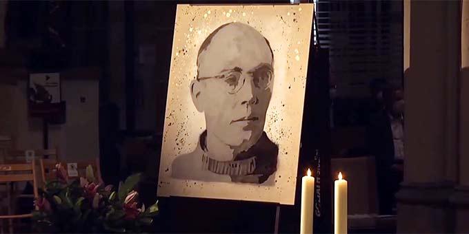 Karl Leisner: Ein vom Künstler Mika Springwald geschaffenes Portrait macht den Seligen im Altarraum des Xantener Doms präsent (Foto: Videoausschnitt)