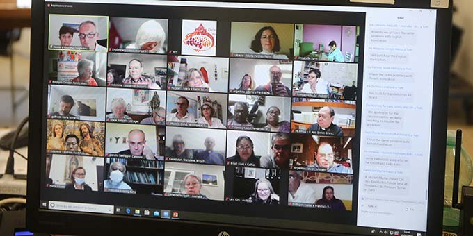 Der Austausch unter den Teilnehmern verlief vor allem per Chat-Funktion des Meeting-Programms (Foto: Dicastery for Laity, Family and Life)