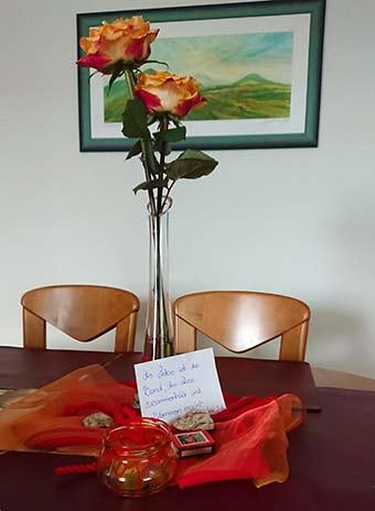 Den Teilnehmerpaaren wurde vorab ein Päckchen zugestellt, um sich in den eigenen 4 Wänden auf das Seminar einzustimmen (Foto: Vogel)
