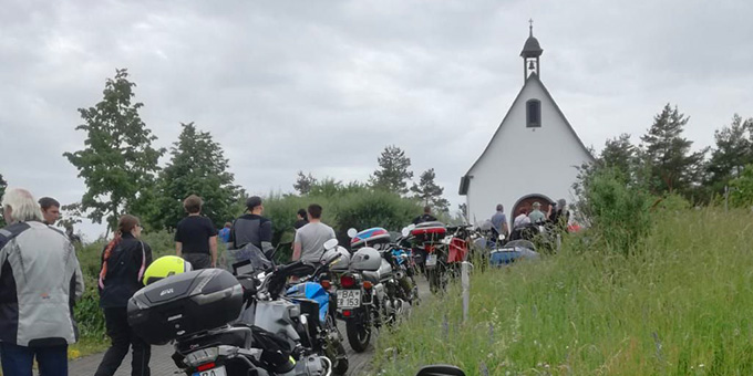 Auf dem Weg zum Gottesdienst (Foto: V. Freitag)