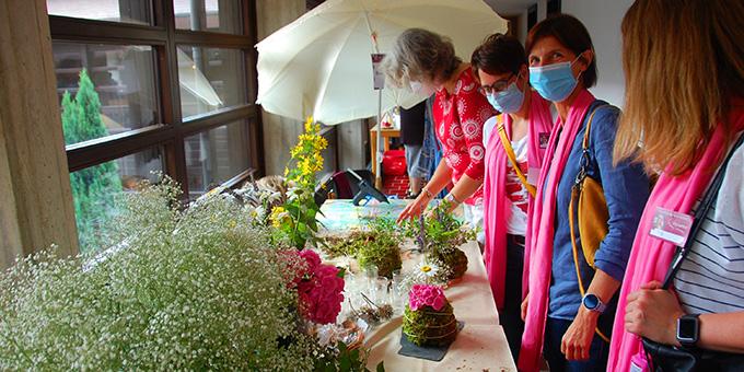 Kreativ werden mit Moos und Blumen (Foto: Brehm)