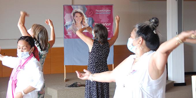 Im Nachmittagsprogramm gab es gelegenheit zum meditativen Tanz (Foto: Brehm)