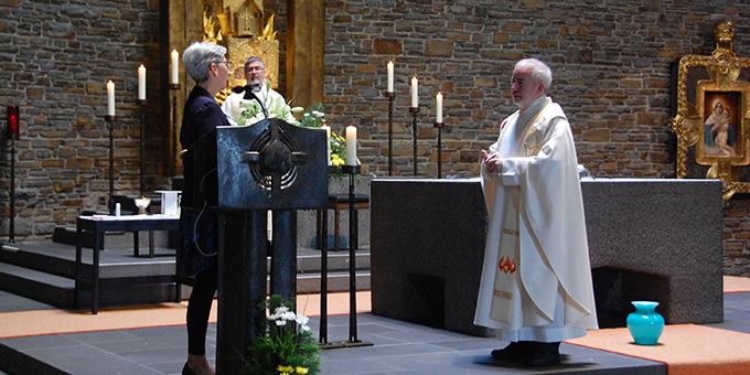 Ulrike Eichenberg, Vallendar, Mitglied im Kernteam der Schönstattbewegung Frauen und Mütter, gratuliert Pater Czysch zum Jubiläum (Foto: Brehm)