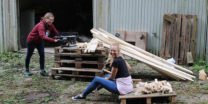 Helferwoche zur NdH 2021: Eine Bühnendeco wird hergestellt (Foto: Gärtner)
