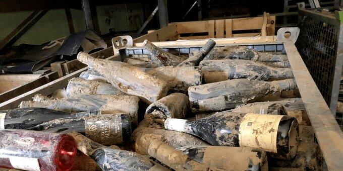 Verschlammte Weinflaschen der Winzergenossenschaft Mayschoß (Foto: S. Weiss)