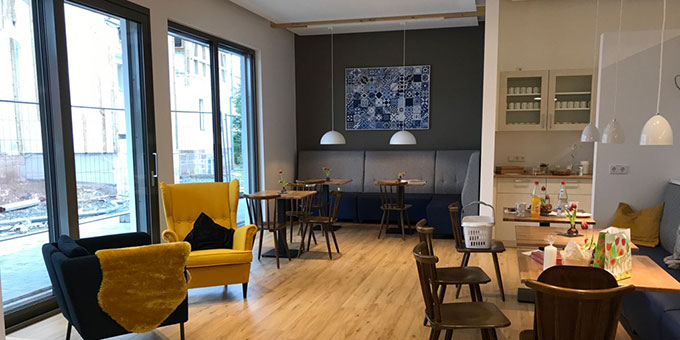Zum Empfangsbereich gehört auch eine Caféteria (Foto: Gehrlein/Schulz)