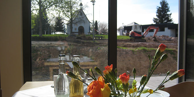 Freier Blick aus dem Speisesaal zum Heiligtum (Foto: Gehrlein/Schulz)