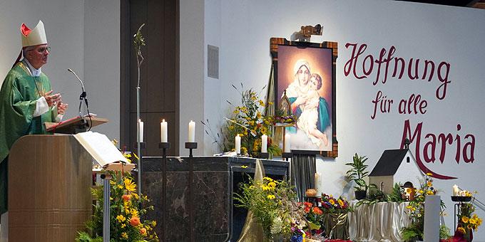 Weihbischof Peters beim internationalen Fest der Begegnung in der Pilgerkirche, Schönstatt (Foto: PZ Schönstatt)
