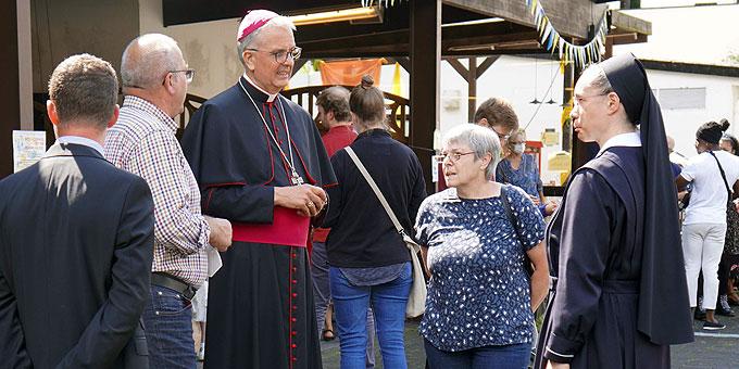 Weihbischof Peters im Gespräch beim internationalen Fest der Begegnung (Foto: PZ Schönstatt)