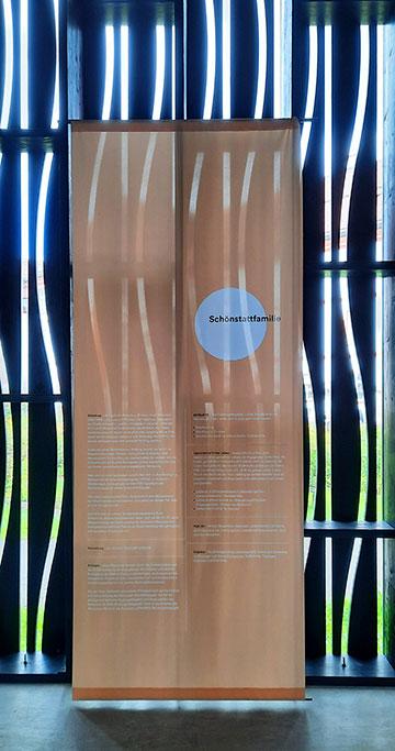 Informationen in der Ausstellung zur Schönstattfamilie (Foto: Kiess)