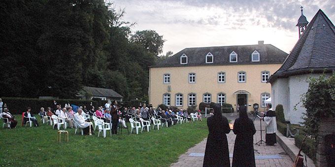 Etwa 60 Personen hatten sich am Abend auf der Wiese beim Grab von Pater Franz Reinisch hinter dem Urheiligtum versammelt (Foto: Brehm)