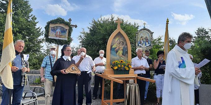 In einer Prozession über das Gelände des Schönstatt-Zentrums Marienberg, Scheßlitz, wurde das Vatersymbol zum Heiligtum gebracht (Foto: Siebenkäs)