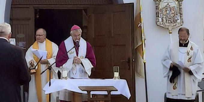 Erzbischof Ludwig Schick, Domkapitular Martin Emge (l) und Pfr. Josef Treutlein bei der Andacht zur Segnung des fränkischen Marienweges (Foto: Siebenkäs)