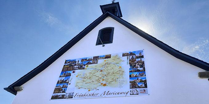 Ein großes Plakat des fränkischen Marienweges am Schönstatt-Heiligtum des Erzbistums Bamberg in Scheßlitz (Foto: Siebenkäs)