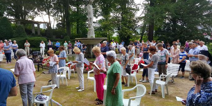 Der Festgottesdienst im Park des Schönstatt-Zentrums rund um den Immakulata-Brunnen war gut besucht (Foto: Mayer)