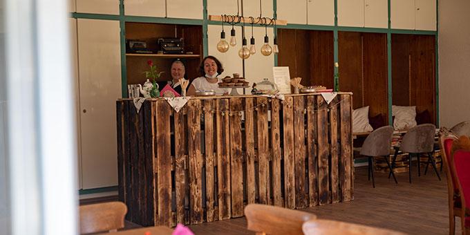 """Das """"Cafe Gertraud"""", liebevoll für den Frauenkongress von jungen Frauen im Stil der 20ger Jahre gestaltet und eingerichtet, weist auf Gertraud von Bullion hin, der es maßgeblich zu verdanken ist, Schönstatt in den 20ger Jahren auch für Frauen zugänglich gemacht zu haben (Foto: Cyganik)"""