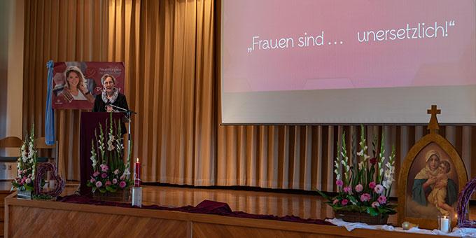 Schwester M. Caja Bernhard hielt den Kernimpuls beim Frauenkongress in der Aula des Pater-Kentenich-Hauses (Foto: Cyganik)