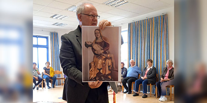 Martin J. Emge präsentiert bei einem Besinnungstag für ältere Menschen auf dem Scheßlitzer Marienberg Mariendarstellungen vom Fränkischen Marienweg im Erzbistum Bamberg (Foto: Hannelie Seiler)