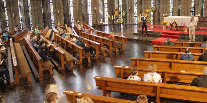 Die erste Station des Pilgertages findet wegen des Regens in der Krönungskirche statt (Foto: Metzler)