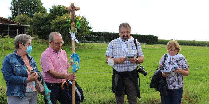 Pilgerstation unterwegs - am Pilgerkreuz werden die Anliegen der Pilger mitgetragen (Foto: Metzler)
