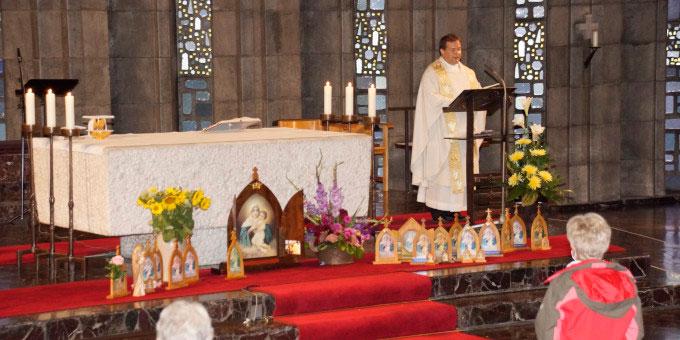 Pfarrer Dieter Zimmer feiert mit den Pilgern zum Abschluss Gottesdienst (Foto: Metzler)