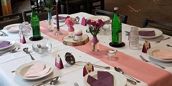 Mittagessen an festlich gestalteten Tischen (Foto: Baumeister)