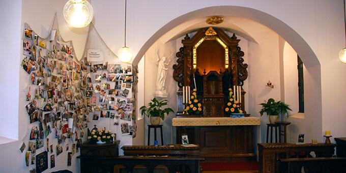 Das Heiligtum der Familie - ein ungewöhnlicher Anblick ohne das Bild der Gottesmutter, das vor dem Heiligtum stand - ist geprägt vom Netz der Hausheiligtümer (Foto: Brehm)
