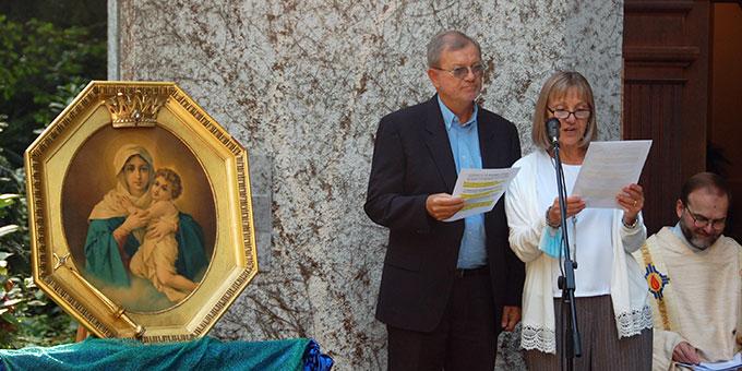 Patricia und José Köstner, Generalobere des Institutes der Schönstattfamilien neben dem Gnadenbild, das zur Feier des Jubiläumsgottesdienstes vor dem Heiligtum der Familien seinen Platz fand (Foto: Brehm)