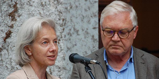 Ehepaar Simone und Roman Gehring aus der Schweiz haben den Kelch mitgebracht, der bei der damaligen Einweihungsmesse auf dem Altar stand (Foto: Brehm)