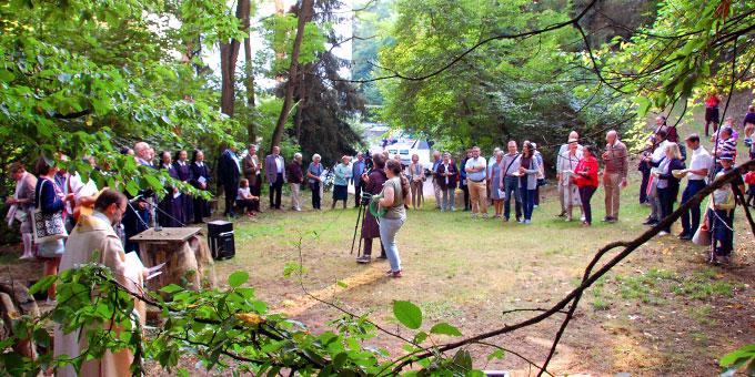 Abschluss der Jubiläumsfeier etwas oberhalb vom Haus der Familie (Foto: Brehm)