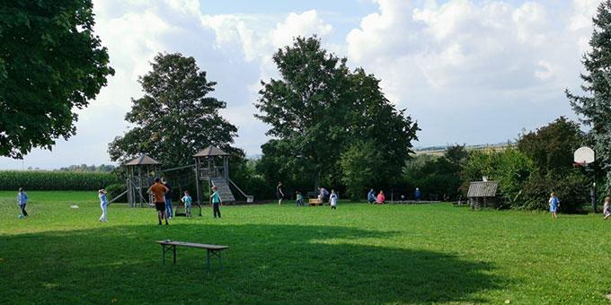 Die Kinder konnten sich im weitläufigen Gelände bei schönstem Sonnenschein vergnügen (Foto: Jehle)