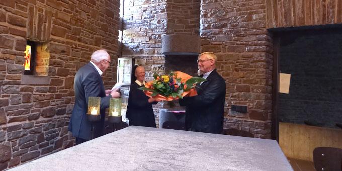 Pater Theo Breitinger, Vorsitzender des Landespräsidiums der Schönstatt-Bewegung Deutschland, und Schwester Andra-Maria Lingscheid gratulieren Pater Güthlein zur erneuten Amtszeit (Foto: Schaum)