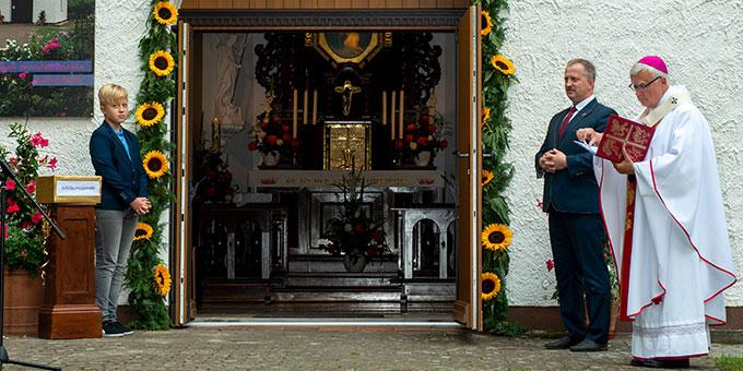 Nach der Segnung der neuen Türe durch Erzbischof Dr. Heiner Koch steht die Türe des Heiligtums weit offen (Foto: Gremler)