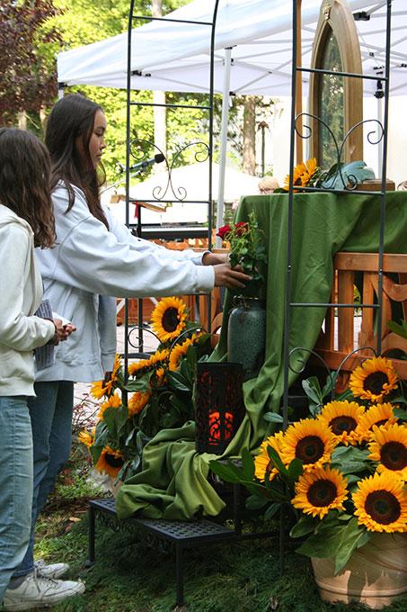 Zwei aus der Mädchenjugend bringen der Gottesmutter zum Dank eine Rose (Foto: Gremler)