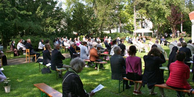 Etwa 200 Gäste konnten auf dem Gelände des Schönstatt-Zentrums am feierlichen Gottesdienst mit Erzbischof Heiner Koch teilnehmen (Foto: Gremler)