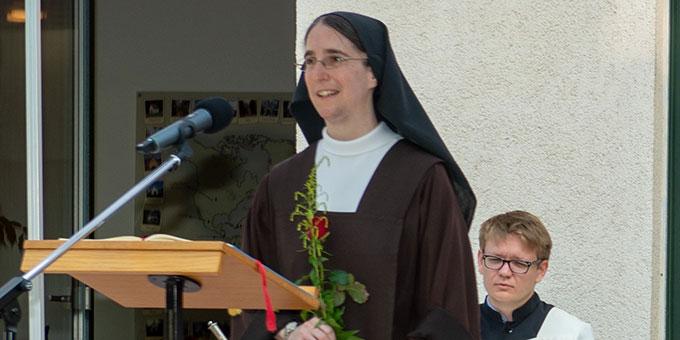 Schw. Mechthild aus dem Karmel Regina Martyrum bringt der Gottesmutter zum Dank eine Rose (Foto: Gremler)