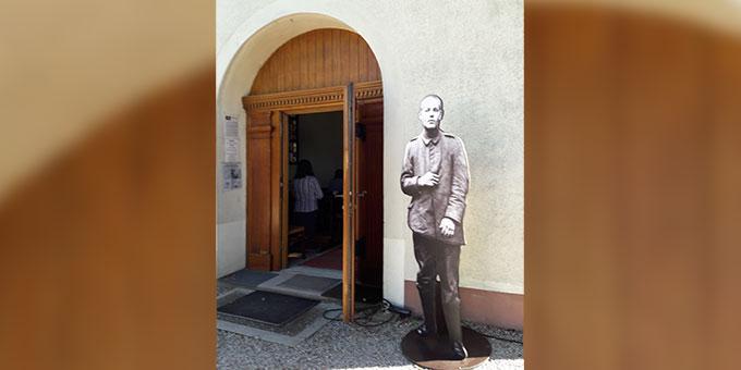 """Josef Engling erwartet die Besucher am """"Heiligtum der Einheit"""" in Thun St. Martin, Frankreich (Foto: M-Oe)"""