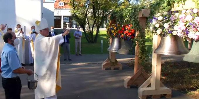 Bischof Dr. Gebhard Fürst bei der Weihe der Friedensglocken in Aichtal-Grötzingen (Foto: dioezese_rs)