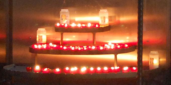 Lichter in den Händen der Mitsingenden und vor der Kapelle erinnerten an die Friedliche Revolution (Foto: Brehm)